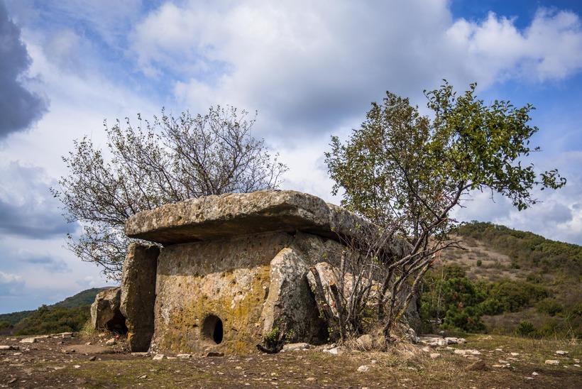 Гора Нексис дольмен
