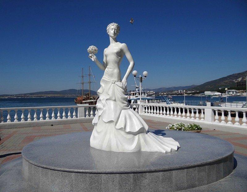 Памятник Белой невесте в Геленджике
