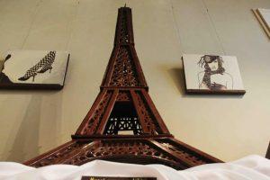 Эйфелева башня из шоколадных плиток
