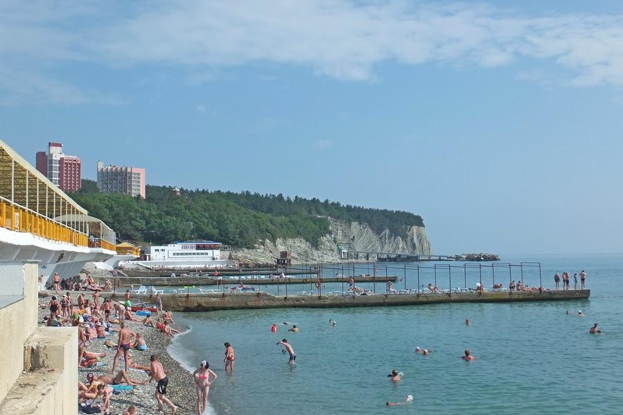 Пляж за станцией с лодками