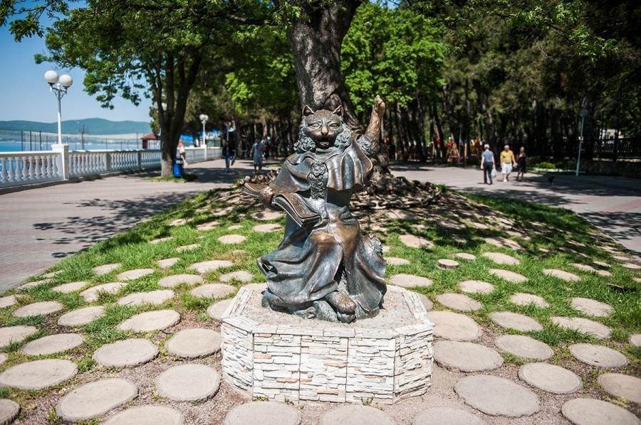 Памятник коту в Геленджике