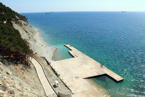 Пляж Дикий, который находится на мысе Дооб.