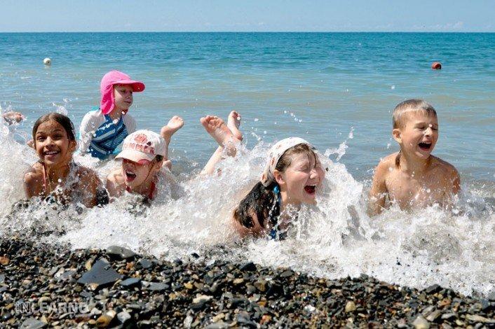 Дети купаются в море фото