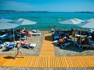 пляж пансионата Голубая волна в Геленджике
